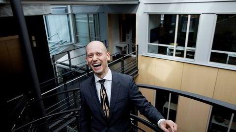 Sjeføkonom Øystein Børsum i Swedbank er overrasket over at kronen ikke har styrket seg mer enn den har gjort, og forventer videre oppgang utover høsten.