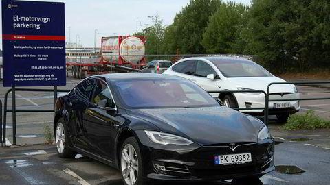 Tesla Model S (foran) og Model X (bak) begynner å dra litt på årene.