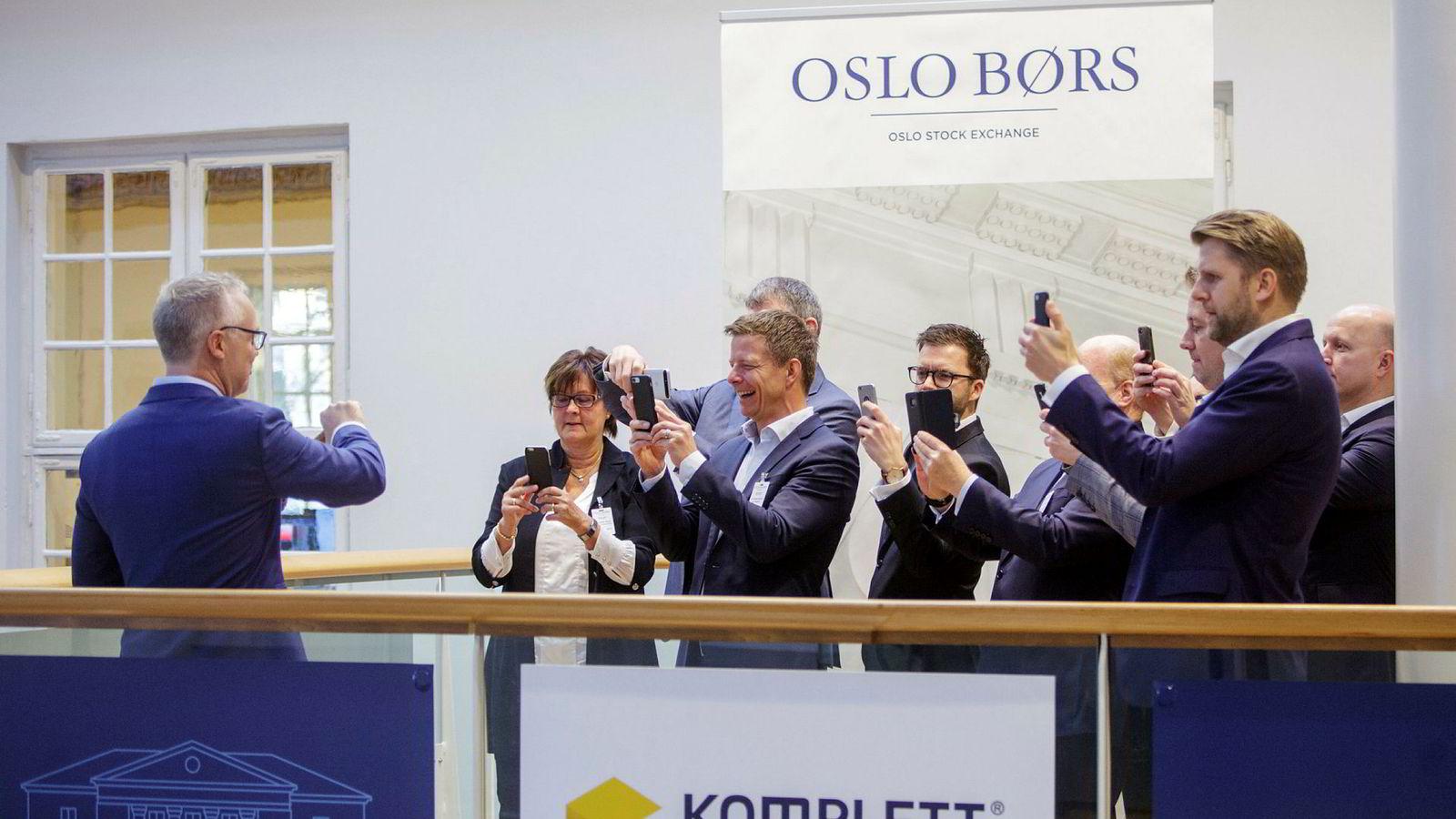 Fra børsnoteringen av Komplett Bank i november 2017. Dagens toppsjef, Jan Haglund, fremst i rekken av fotografer av tidligere konsernsjef Raimond Pettersen.