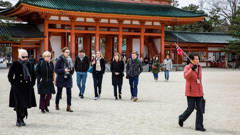 Stortingspolitikerne i familie- og kulturkomiteen besøkte flere historiske steder under sitt besøk i Japan nylig. For en kulturkomité er en del av businessen også å se på gamle templer og kulturminner, ifølge komitésekretær Ingrid Sand. Her er en del av representantene på vei ut fra helligdommen Heian-Jingu i Kyoto, ledsaget av en japansk guide.