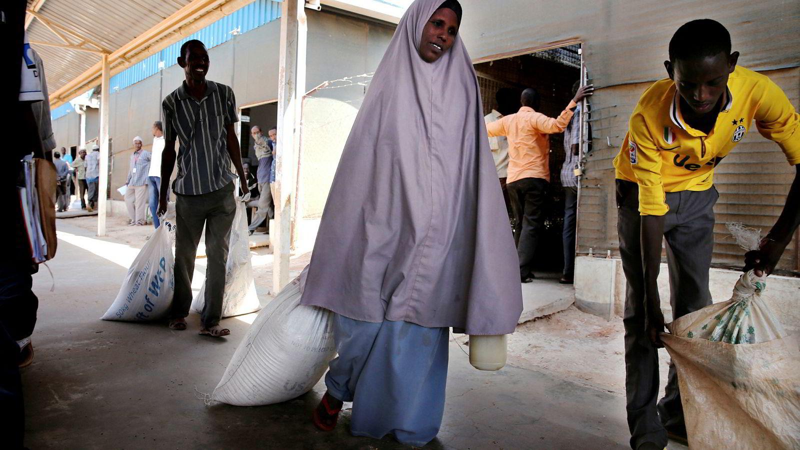 Subsidier er noen ganger nyttig, men like sikkert er det at det er vanskelig. Slike penger i for stort omfang og brukt av ikke kompetente offentlige organ kan også gjøre skade. Mumna Sheik henter her mat til sin familie i Dadaab flyktningleir i Kenya.