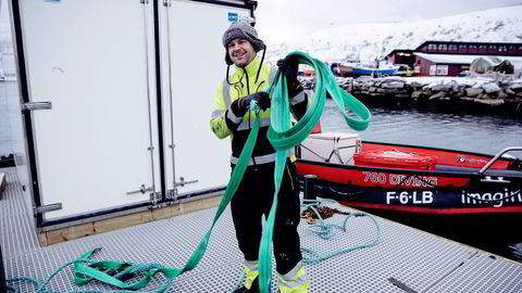Kjøllefjord, 171115: Daglig leder Stein Kåre Røvik (til høyre) i entreprenørselskapet Stein Kåre Røvik AS i Kjøllefjord, ved den nye flytebryggen de installerer. Foto: Marius Fiskum