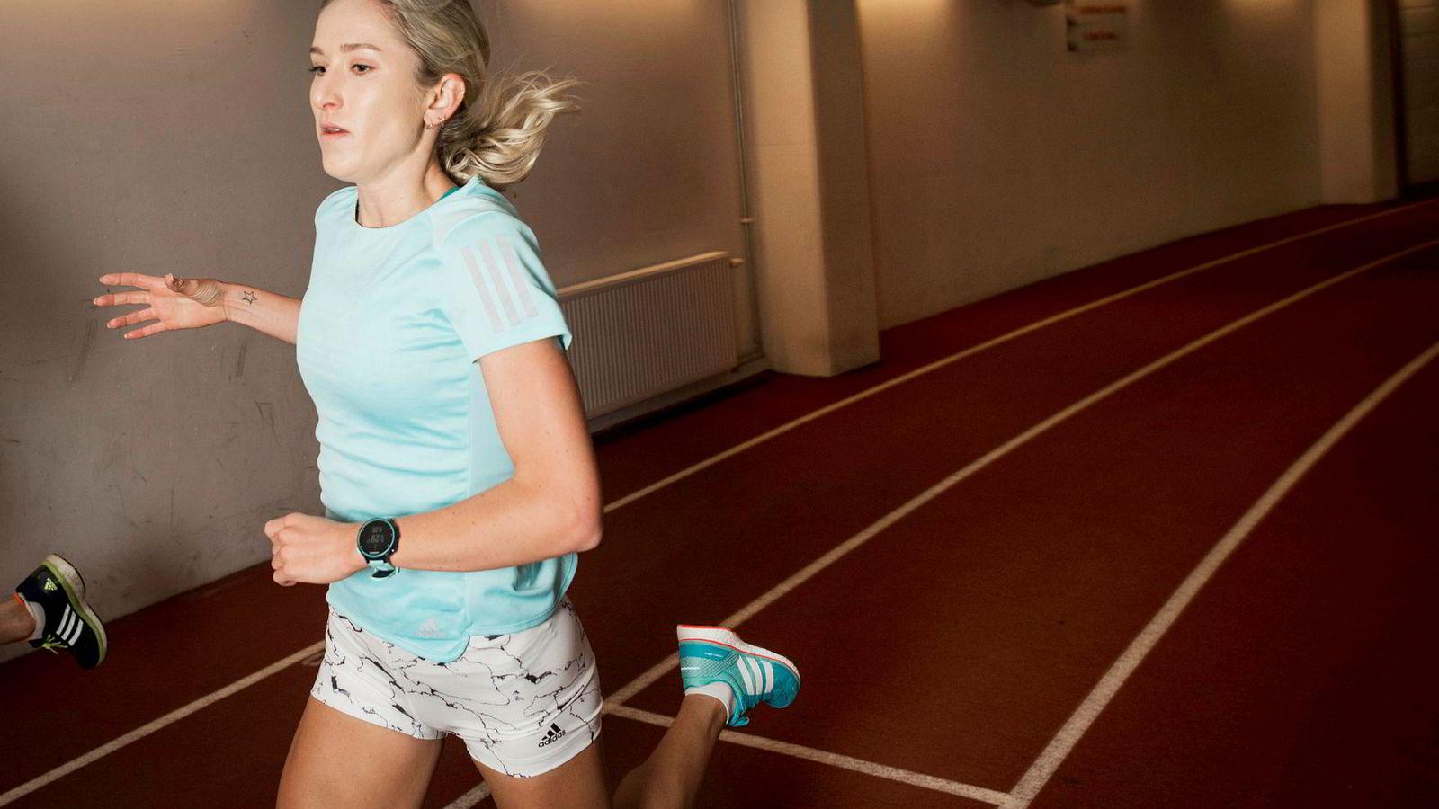 Karoline Bjerkeli Grøvdal (28) har slått av pulsfunksjonen, og ser kun på klokken for å sjekke tiden på dragene eller hvor lenge det er igjen av pausen.