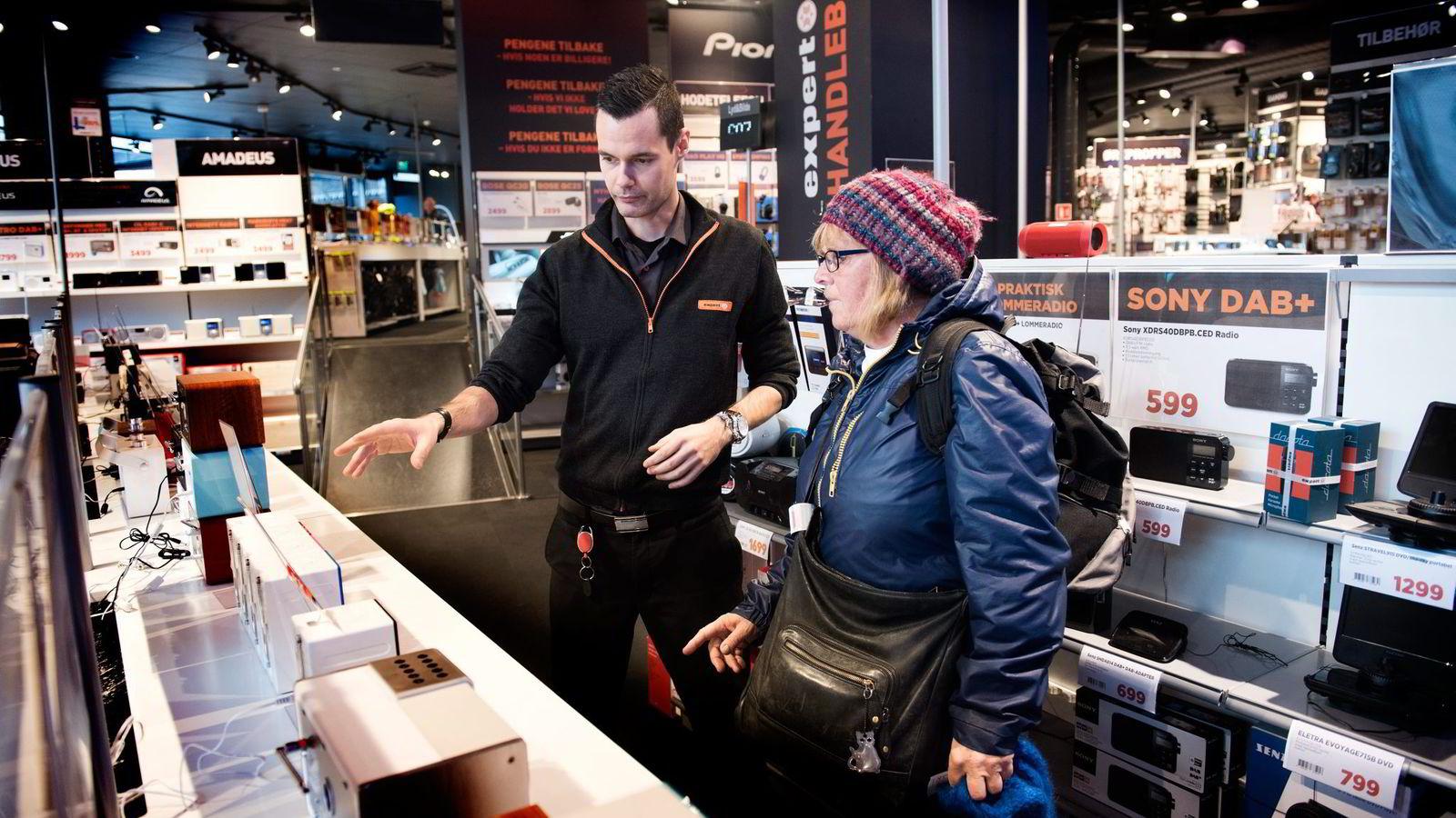 Anne Marie Bekkerhus (67) er på Expert City i Oslo for å kjøpe ny radio. – Jeg liker å høre på mange radiokanaler og vil være sikker på å få inn alle, sier hun. Salgsansvarlig Ino Andre Nilsen bistår.