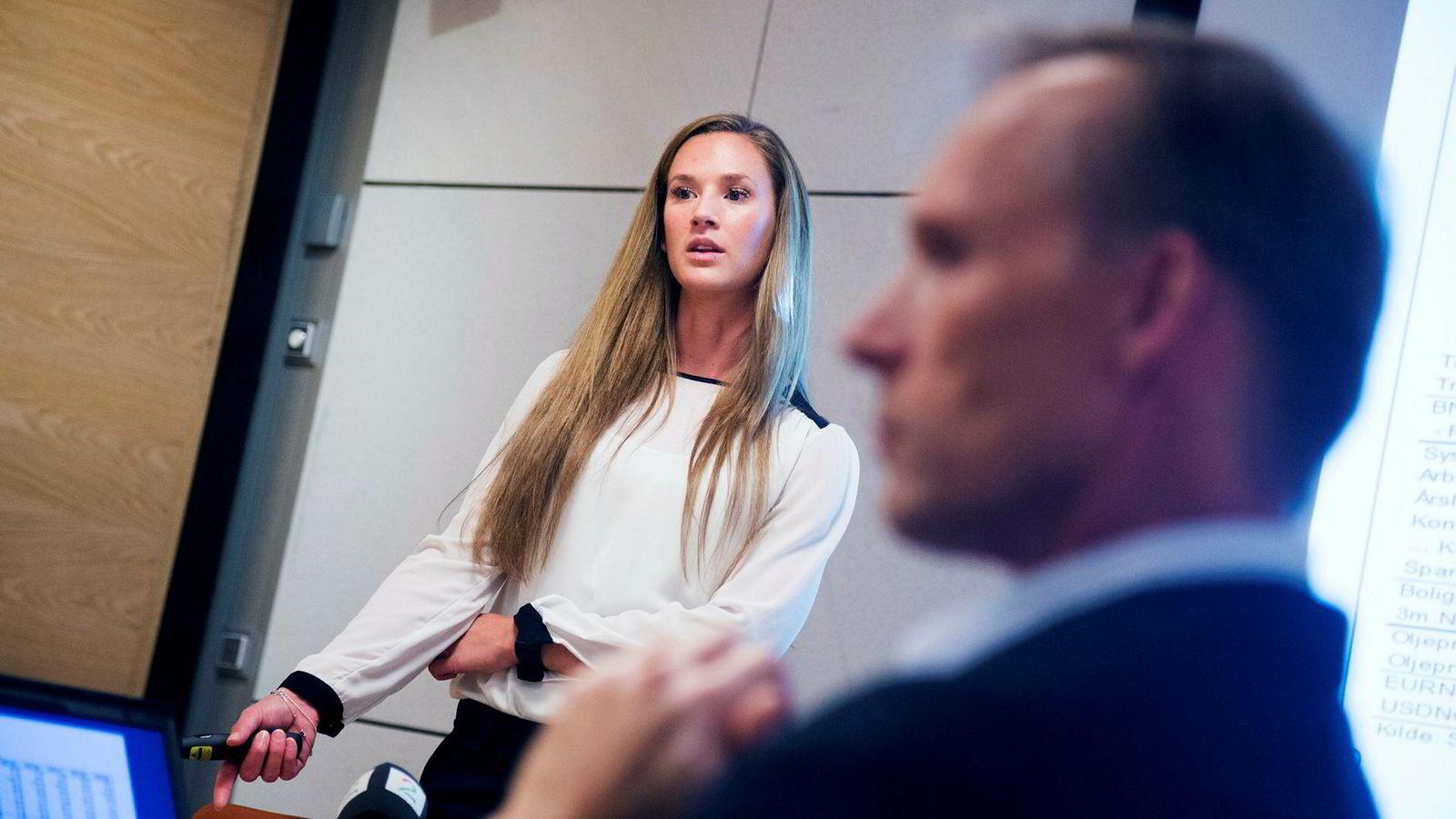 DNB-økonomene Jeanette Strøm Fjære og seniorøkonom Kyrre Aamdal kan ikke utelukke renteoppgang til neste år, selv om dette ikke er deres hovedsyn.