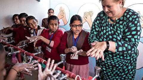 Da statsminister Erna Solberg tok med seg en rekordstor næringsdelegasjon til India tidlig i januar, understreket det betydningen av å etablere handelssamarbeid med globale markeder også utenfor Norden, skriver artikkelforfatteren. Her er Erna Solberg på feltbesøk på en skole i Nithora Village Ghaziabad, en naboby til New Delhi.