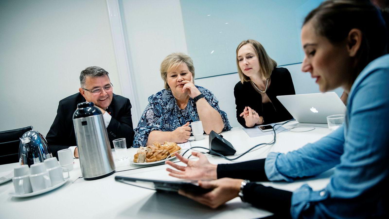 Sarah Müller i selskapet Imerso (t.h) viser oljeminister Kjell Børge Freiberg, statsminister Erna Solberg og forskningsminister Iselin Nybø ny teknologi for å kutte kostnadsoverskridelser i bygg.