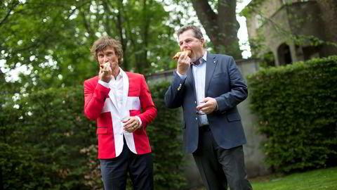 Petter Stordalen og Asmund Haare spiser pølser sammen etter at Stordalen kjøpte tre nye hoteller i København fra Haares First Hotel-kjede, sommeren 2013. Foto: