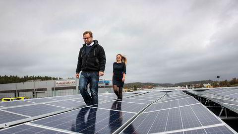 – Her tester vi nye måter å designe solcelleanlegg på, sier gründer Carl C. Strømberg og inspiserer taket sammen med daglig leder Cecilie Jonassen i solcelleselskapet Sivilingeniør Carl Christian Strømberg as.