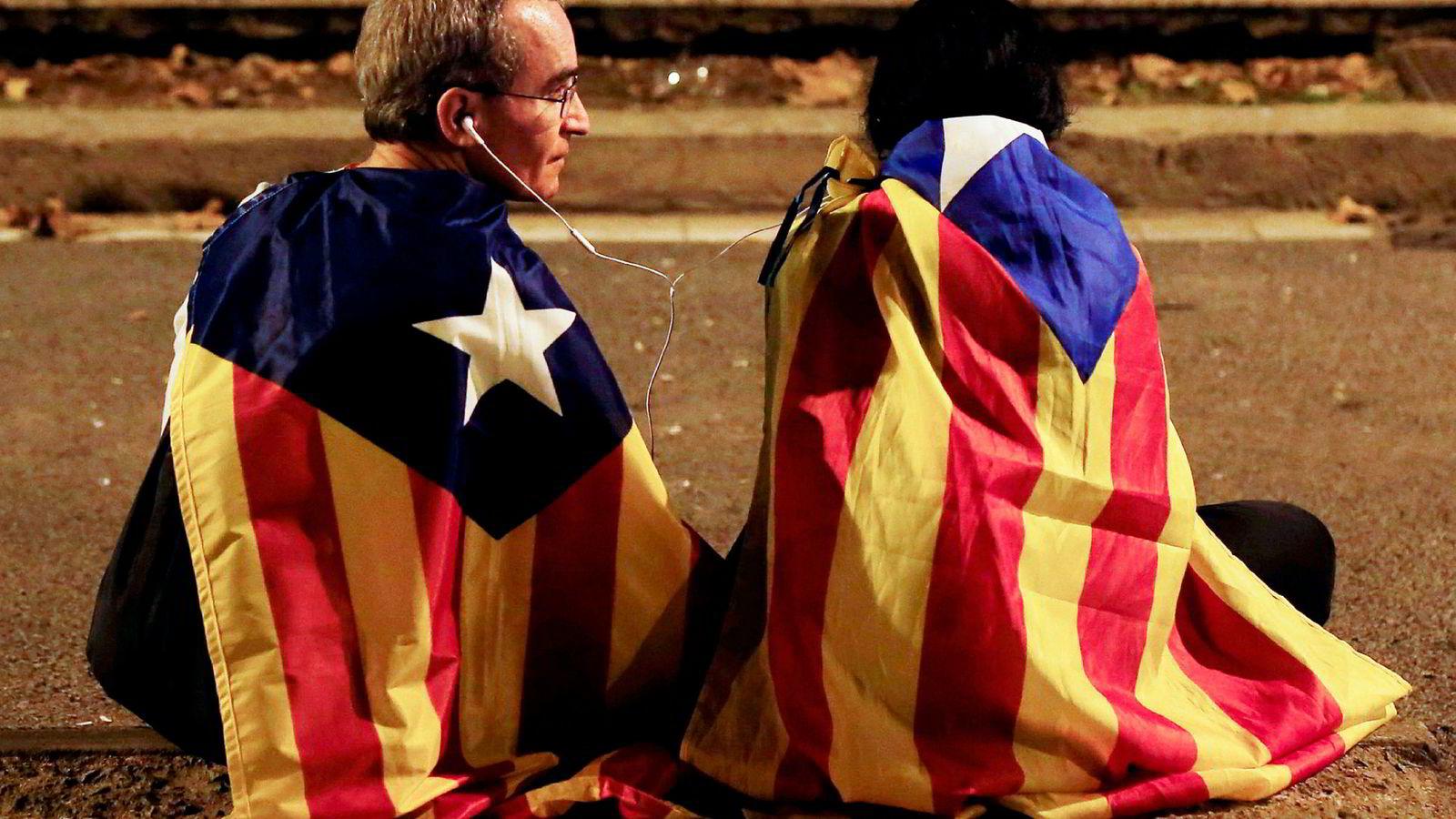 Uavhengighetstilhengere i Catalonia satt tirsdag kveld og ventet på at parlamentets leder Carles Puigdemont skulle erklære katalonernes uavhenighet. Erklæringen kom ikke.