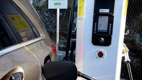 Elbilens utslipp er faktisk mer enn halvparten av bensinbilens utslipp, på grunn av svevestøv fra hjulene, skriver artikkelforfatteren. Foto: Mona Pedersen