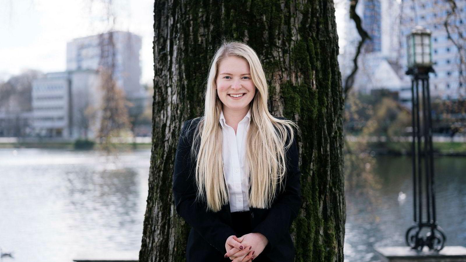 Emilie W. Frøyland jobber i Danske Bank i Oslo og er den yngste ansatte i ledergruppen noensinne. Hun fikk jobben til tross for manglende utdannelse. Her er hun fotografert i Stavanger i påskeferien.
