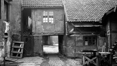 Ved starten av 1700-tallet var de fleste norske hus enetasjes stuer med åpen ljore eller peis. Ved slutten av århundret var skorsteiner, støpejernsovner, vinduer og tallerkener også å finne hos middels- og fattigere hushold.