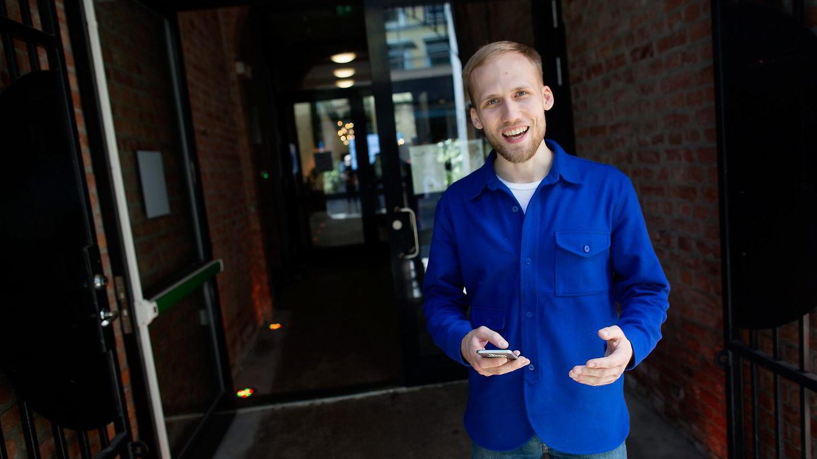 Christian Birch i Shopgun viser frem sin tjeneste, som er lastet ned 1,7 millioner ganger i Danmark. Foto: