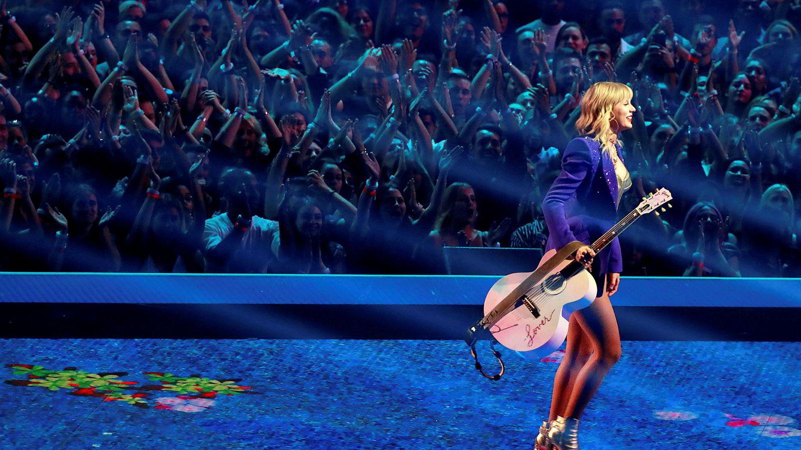 Taylor Swift satte i fjor amerikansk rekord på «Reputation Stadium Tour» med den mest innbringende turne-omsetning noensinne i USA på 266,1 millioner dollar – tilsvarende 2,4 milliarder kroner. Nå ankommer hun Norge. Her fra opptreden hennes under MTV Music awards 26. august.