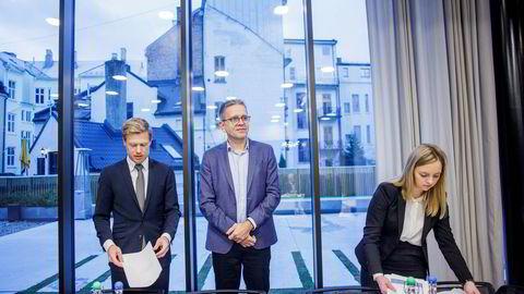 Advokat Rune Opdahl (t.v.) og advokatfullmektig Dina Brask fra Wiersholm representerer Telenor og Per Simonsen (i midten), fra Telenors IoT-avdeling, i voldgiftsretten. Foto: Javad Parsa