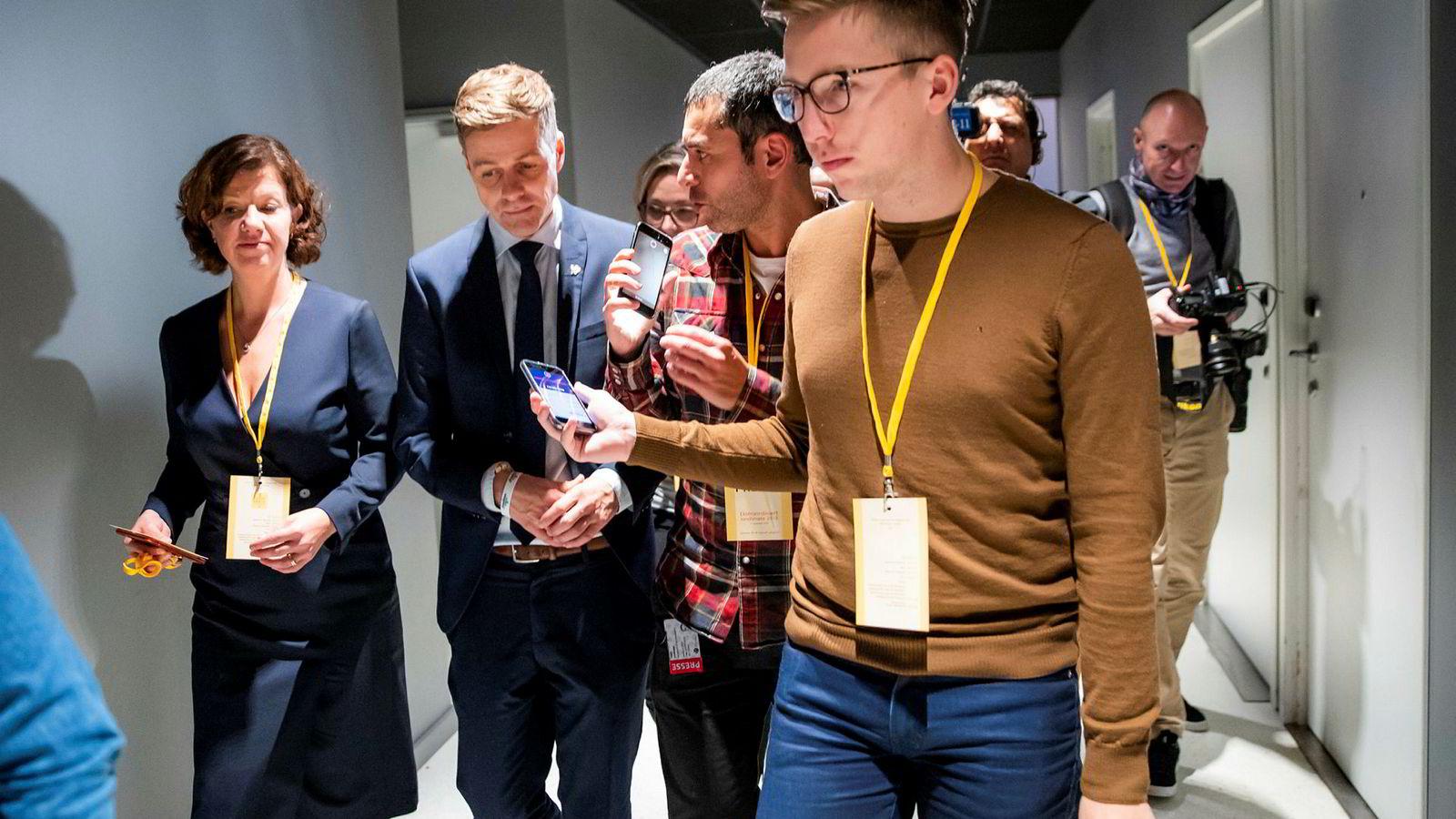 VG-journalist Lars Joakim Skarvøy (i brun genser) intervjuet partileder Knut Arild Hareide etter lunsjpausen på KrFs ekstraordinære landsmøte på Gardermoen fredag 2. november.