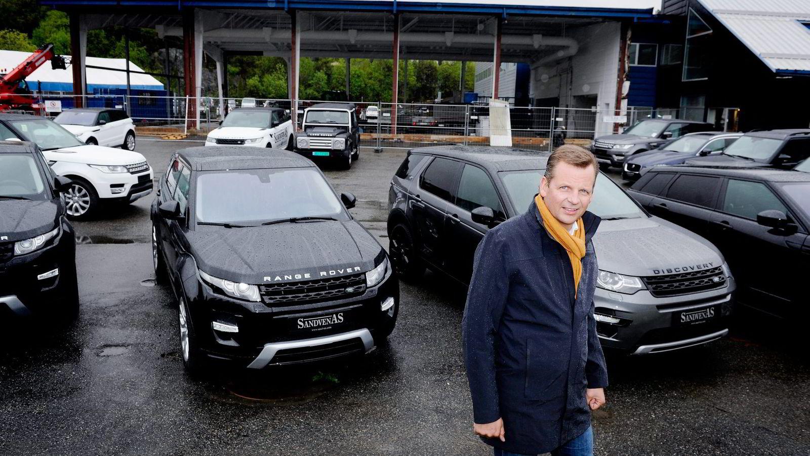 Styreleder Trond Sandven foran nybygget på nesten 1000 kvadratmeter under oppføring på Kokstad i Bergen som skal bli egen spesialbutikk for salg av Jaguar og Land Rover. Foto: