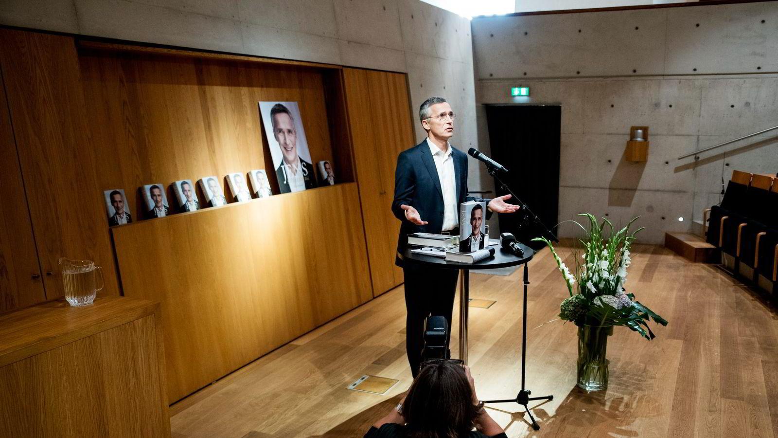Nato-sjef Jens Stoltenberg inngikk allerede i 2007 en kontrakt med Gyldendal om å skrive sin biografi. Hans gamle venn Knut Brundtland var sentral i disse forhandlingene.