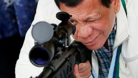 Rodrigo Duterte er blitt velkjent for knallhard politikk og retorikk de siste tolv månedene. Her besøker han flybasen Clark nord i Filippinene i juni. Foto: Bullit Marquez/AP/NTB Scanpix