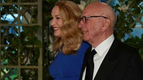 Mediemogulen Rupert Murdoch og hans familie kontrollerer medieselskapet Twenty-First Century Fox. Nå jakter både Disney og Comcast på underholdningsdelen. Prisen kan havne på godt over 60 milliarder dollar. Her er han sammen med sin kone Jerry Hall under en middag i Det hvite hus i april.