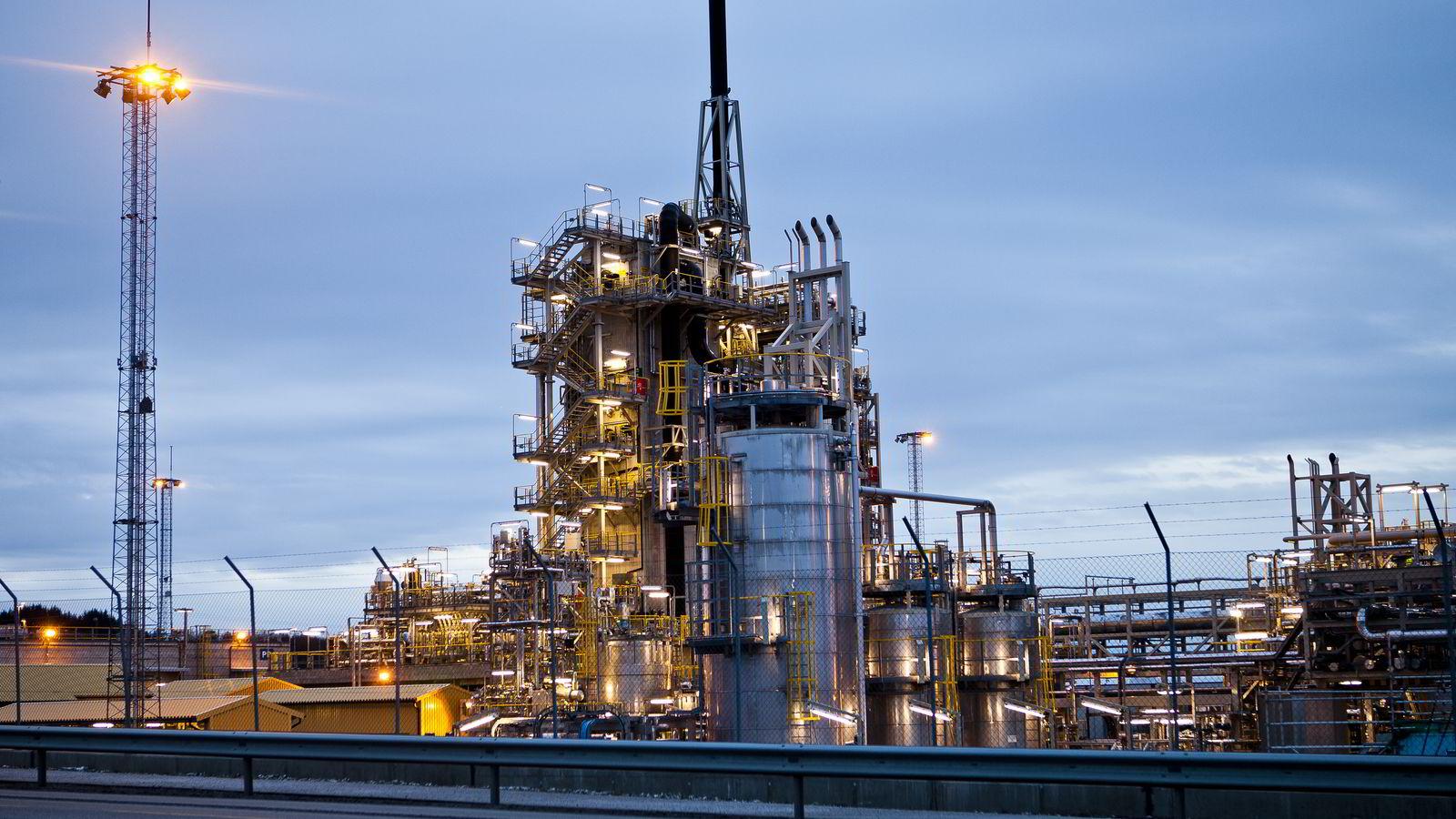 Anklager politikerne: Forskere ved NHH mener tradisjonelle metoder for å måle karbonutslipp gir kunstig lave tall. Illustrasjonsbilde fra oljeraffineriet på Mongstad.