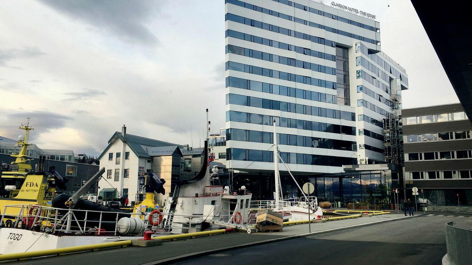Clarion The Edge i Tromsø har løftet konkurransen mellom hotellene i byen betraktelig og det hjelper at byggearbeidene i havnen er ferdig. I nest øverste etasje, bak gjerdet og vendt delvis bort fra havnen, ligger en hotellbar som trekker ned inntrykket.