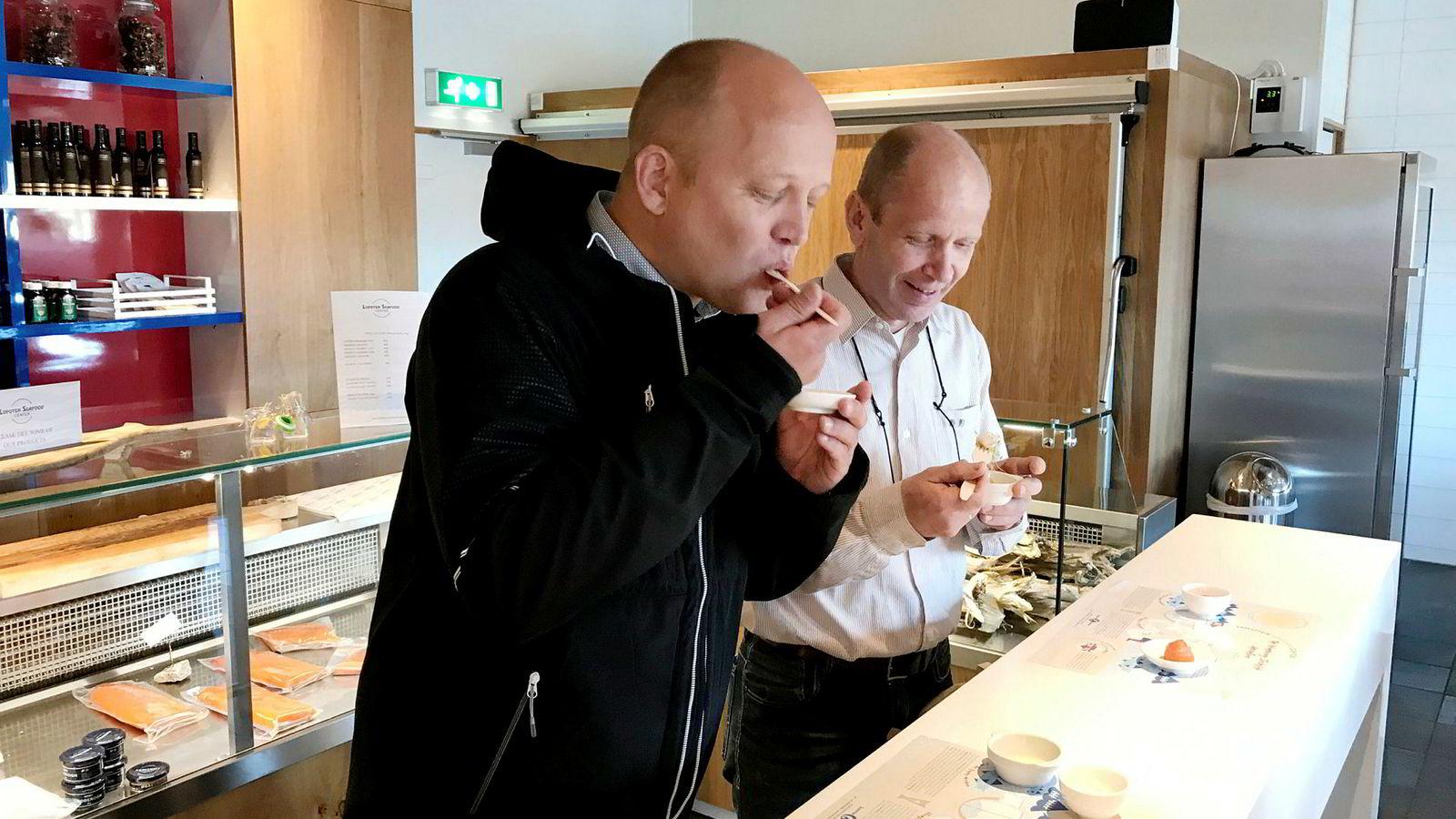I all hast før han skulle rekke flyet, rakk Sp-leder Trygve Slagsvold Vedum å hive i seg noen smakebiter på lokal sjømat i Mortsund i Lofoten sammen med partiets ordførerkandidat i Flakstad Trond Kroken.