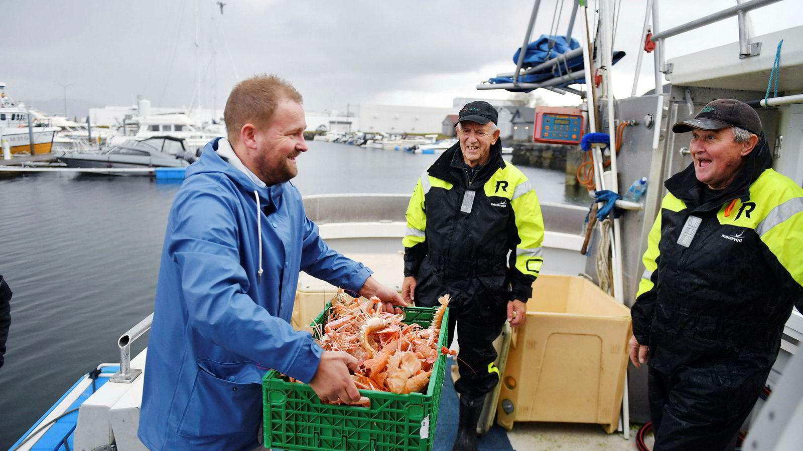 Ålesund-firmaet Sjømatkompaniet henter nyfisket levende kreps rett fra en fiskebåt i Gjøsund på en øy like utenfor Ålesund. Her tar Tore Hovland imot fangsten med Jostein Sæther og Svein Giskeødegård i fiskebåten ved Gjøsund havn på Valderøya.