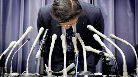 Avtroppende konsernsjef Tetsuro Aikawa i Mitsubishi Motors bukket dypt foran kameraene på en pressekonferanse tidligere i år. Foto: Toru Hanai/Reuters/NTB Scanpix
