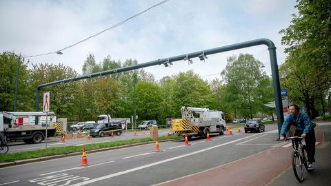 Transportøkonomisk institutt (TØI) mener dagens bomring-system er urettferdig og et lite effektivt virkemiddel for å nå formålene sine. Her fra nye bomstasjoner i Oslo.