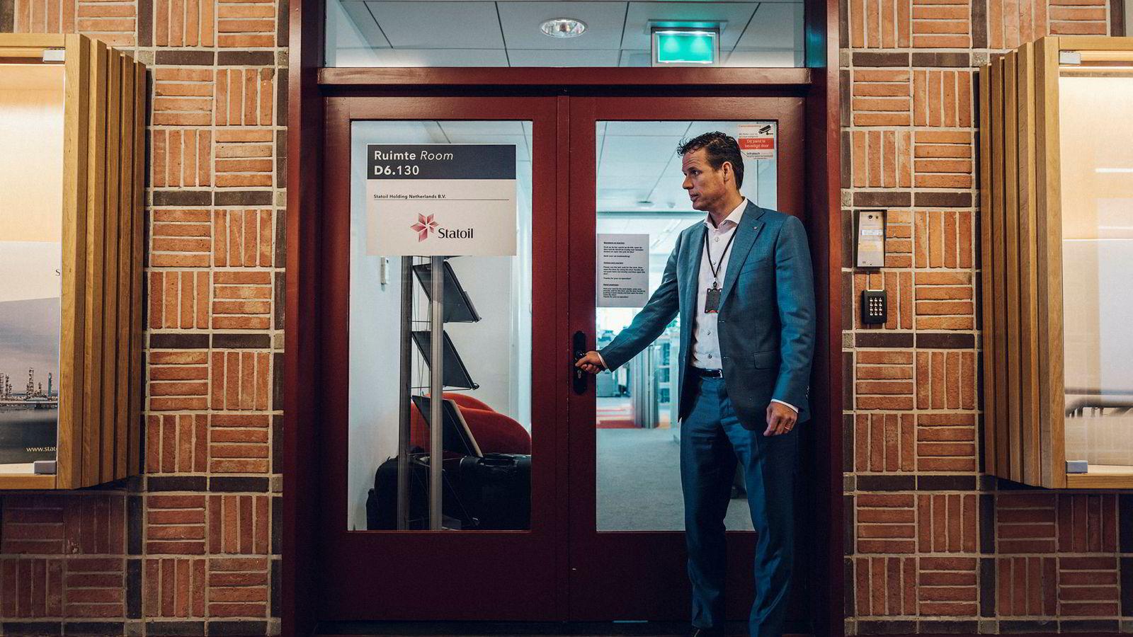 – Jeg har ansvaret for at vi opererer i henhold til nederlandske lover. Jeg er ansvarlig for holdingselskapene vi har i Nederland, sier Statoils landsjef Martijn Smit, her på vei inn på kontoret i Rotterdam.