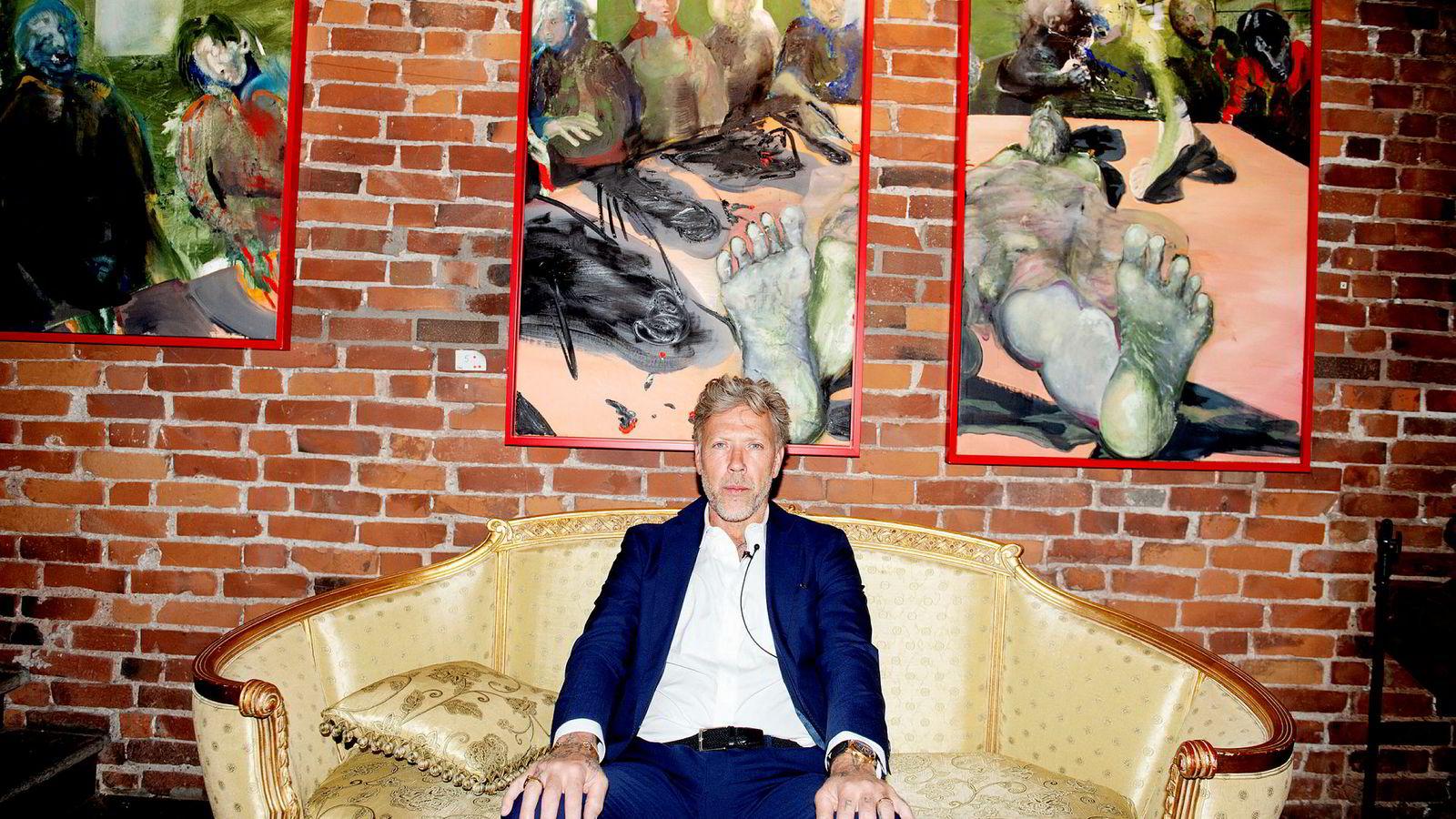 Mikael Persbrandt foran flere kunstverk han stiller ut i Bergen.