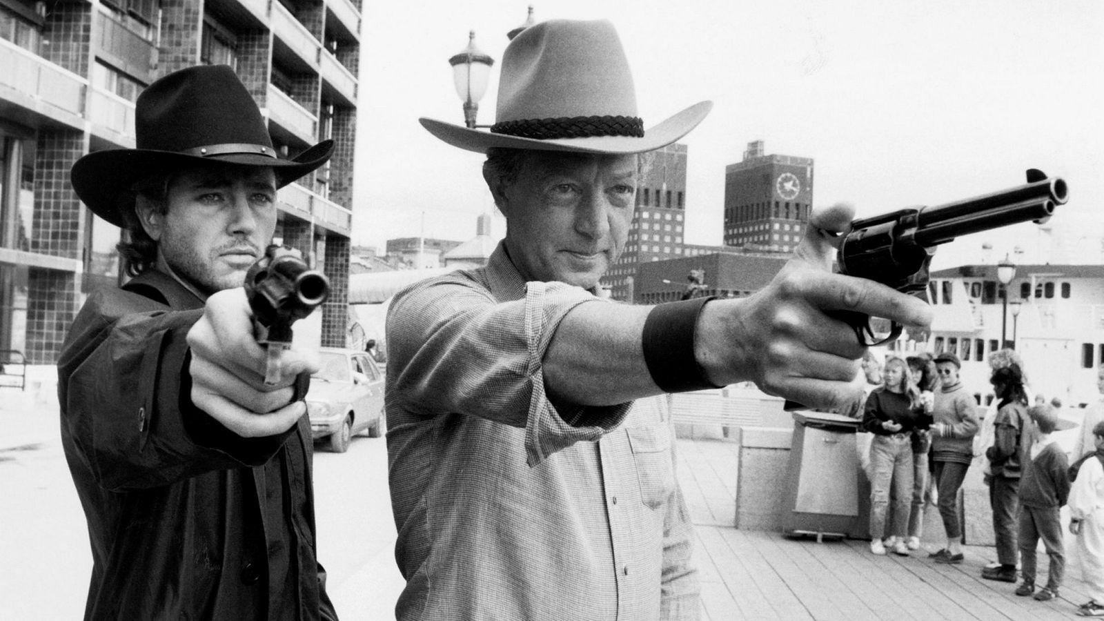 Morgan Kane-forfatteren Kjell Hallbing (til høyre), sammen med skuespilleren Jim Youngs som skulle spille Morgan Kane i 1987. Helt siden slutten av 80-tallet har det blitt gjort forsøk på å filmatisere bøkene. Så langt er resultatet en rett-på-VHS-flopp i 2001 og en musikkvideo med Kjetil Rolness og Ari Behn i 2009.