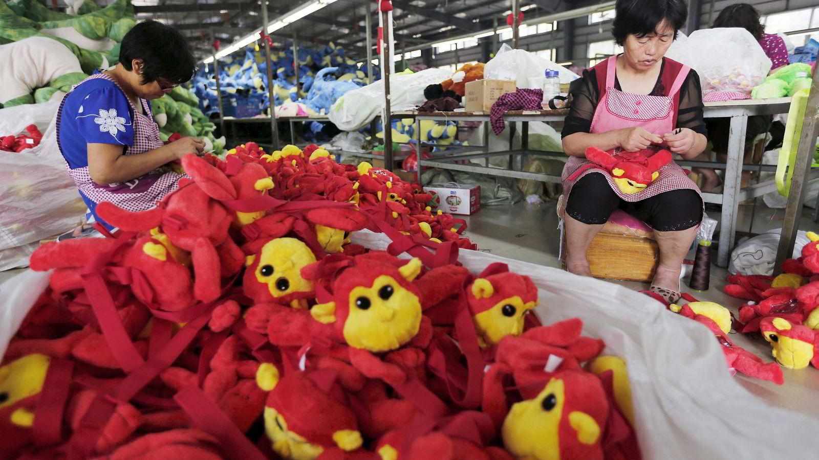 Varehandel er et substitutt for arbeidskraftmobilitet. Importvarer fra Kina – varer som krever mye ufaglært arbeidskraft å produsere – reduserer etterspørselen etter ufaglært arbeidskraft i Europa og USA. Foto: China Stringer Network/Reuters/NTB Scanpix