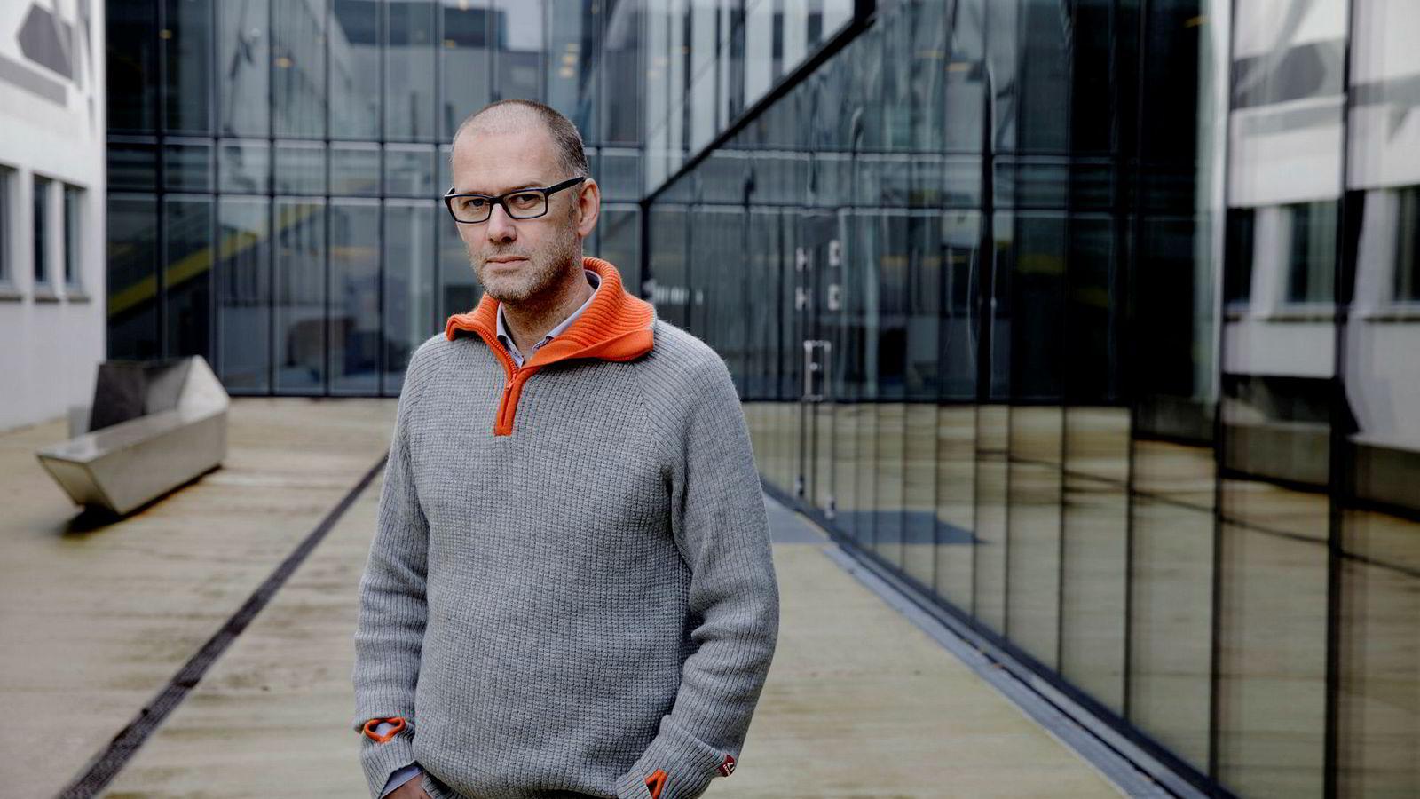 Professor Øystein Foros mener punktet der Verisure sier selskapet og dets salgspartnere primært ikke skal ta kunder fra andre, hindrer konkurranse i alarmmarkedet.
