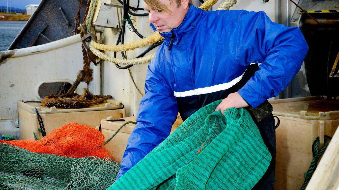 Rekefisker Tor Inge Larsen har i flere år hevdet at legemidlene som brukes av oppdretterene for å holde lusemengdene i sjakk tar knekken på rekene langs kysten. – Nå ser det endelig ut til jeg kan bli trodd, sier han. Foto: Roar Berg-Hansen