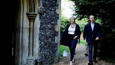 Britenes statsminister Theresa May og hennes mann Phillip dro på kirkebesøk i Sonning i Storbritannia søndag, tre dager etter valget hvor hun og partiet mistet flertallet i Underhuset.