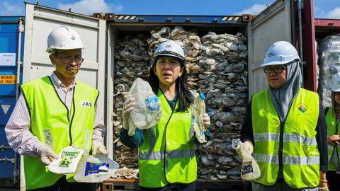 Malaysias energi- og miljøvernminister Yeo Bee Yin (i midten) viste tirsdag frem eksempler på ulovlig importert plastavfall til Malaysia. Mange tusen tonn skal returneres til avsenderlandene.