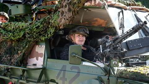 Her er Erna Solberg på besøk på Værnes Garnison i møte med amerikanske soldater og HV 12.