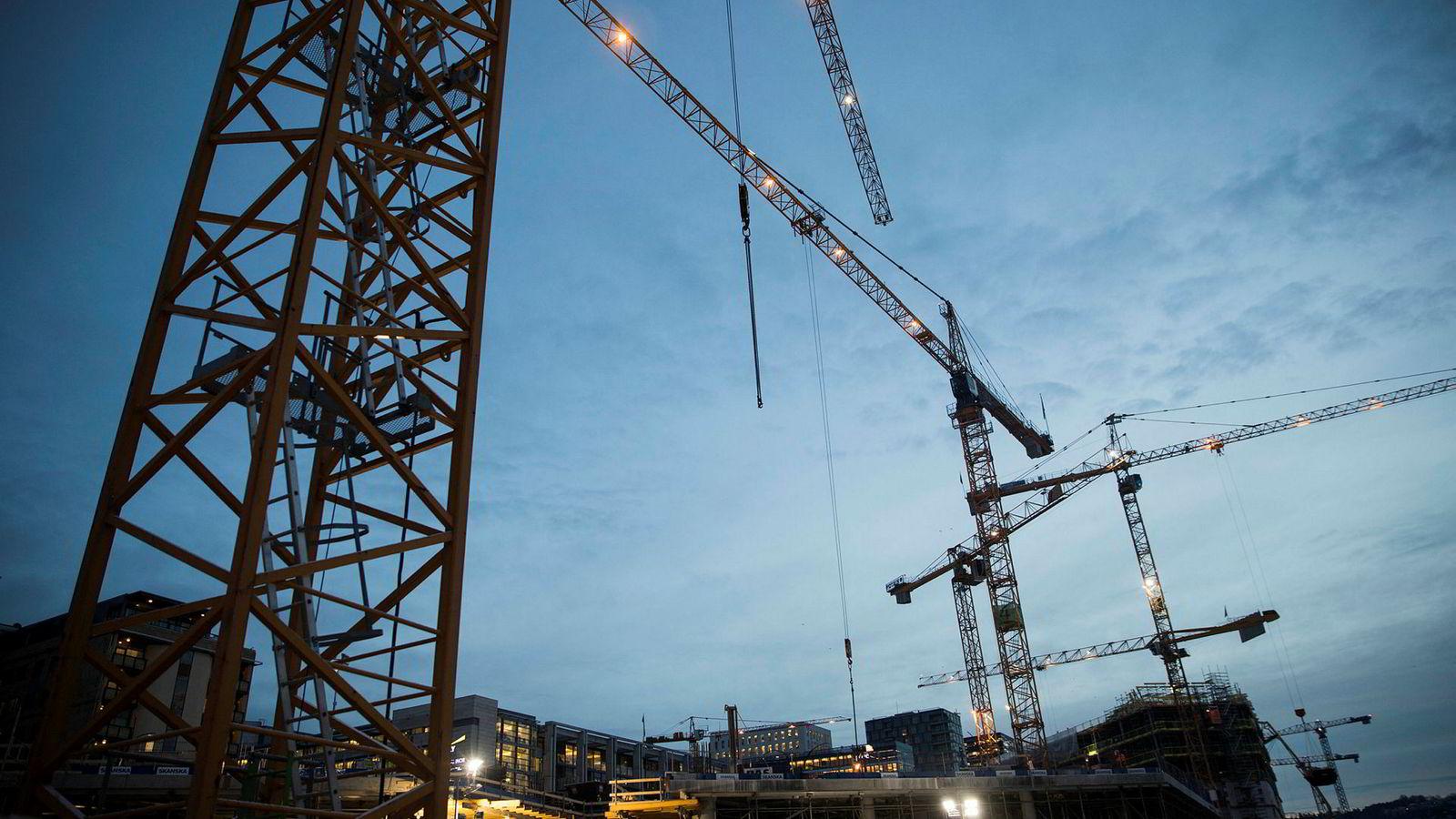 Både DNB og Nordea venter at veksten i norsk økonomi vil ta seg ytterligere opp i år. Bildet er fra byggearbeid i Bjørvika i Oslo i januar i år.