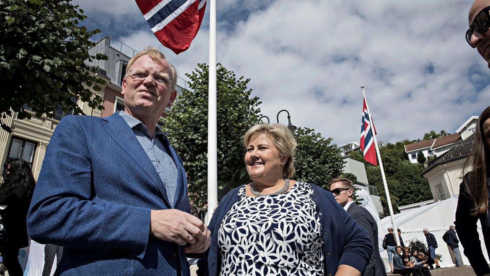 – Du får ikke noe tid med statsministeren i dag, sa statssekretær Sigbjørn Aanes da Sindre Finnes, som jobber i Norsk Industri, møtte sin ektefelle Erna Solberg i Pollen i Arendal.