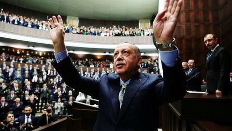 Her snakker Recep Erdogan i nasjonalforsamlingen tirsdag. Tyrkias president har lovet «den fulle sannhet» om hendelsene på konsulatet i Tyrkias hovedstad.