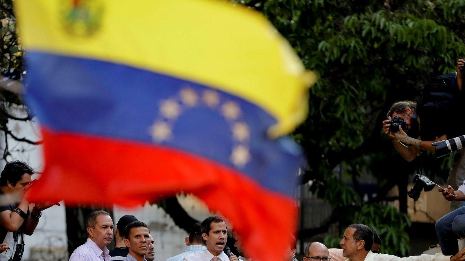 Venezuelas opposisjonsleder og selvutnevnte president Juan Guaidó kan miste immuniteten, og derved bli straffeforfulgt. På bildet taler han på et folkemøte i hovedstaden Caracas mandag.