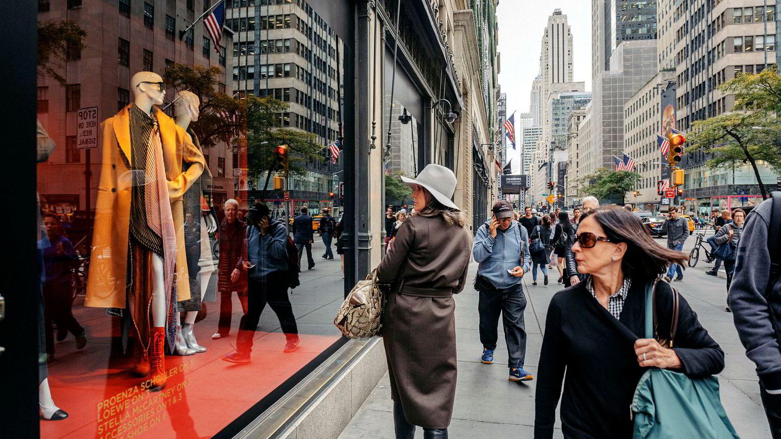 Nordmenn legger igjen en av ti kroner i utenlandske butikker. Her vindusshopping fra fra luksuriøse 5th Avenue på Manhattan i New York.