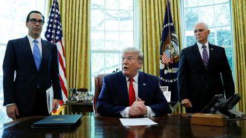Steven Mnuchin (t.v), her med presidenten i Det ovale kontor i juni, med visepresident Mike Pence.