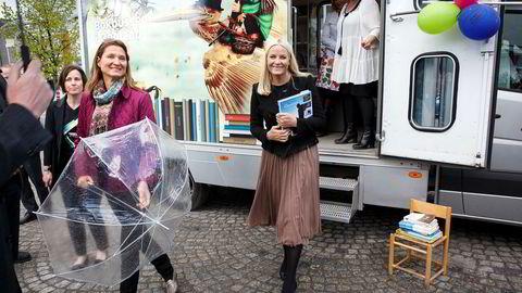 Kommunikasjonssjef på Slottet Marianne Hagen (til venstre) har fått kritikk for å ha tatt kontakt med Dagbladets kilder før publisering av nyhetssaker. Her sammen med kronprinsesse Mette-Marit.