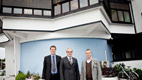 TAUS TIL MANDAG. EAM Solar-sjef Audun Wickstrand Iversen (til venstre) og direktør Viktor Jakobsen (til høyre), her med sin største aksjonær, Leiv Askvig i investeringsselskapet Sundt, kjøpt solparker i Italia for flere hundre millioner kroner. Foto: Anita Arntzen