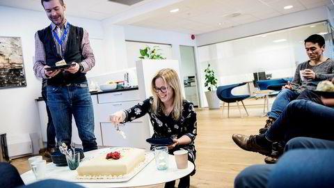 Norgessjef Kari Østhus i Wellesley deler ut kake til letesjef Jan Tore Paulsen (til høyre) og borerådgiver Lars Lilledal for å feire selskapets treårsdag, tilfeldigvis samtidig med fremleggelsen av nye og oppløftende oljeinvesteringstall for Norge. Foto: Tommy Ellingsen