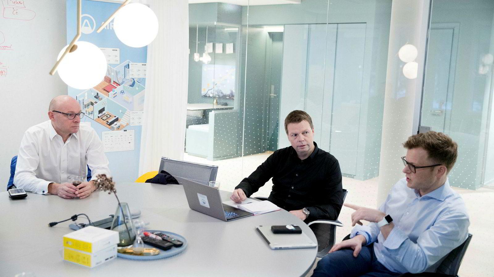 Teknologidirektør Erlend Bolle (til høyre) er en av tre originale gründere som fortsatt sitter i ledelsen i Airthings. De ville ha inn Øyvind Birkenes (i midten) og Geir Førre for å vokse videre.